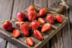Frische Erdbeere auf einem hackenden hölzernen Brett Lizenzfreies Stockbild