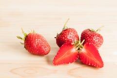 Frische Erdbeere auf Holz Lizenzfreie Stockfotografie