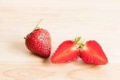 Frische Erdbeere auf Holz Stockfotografie