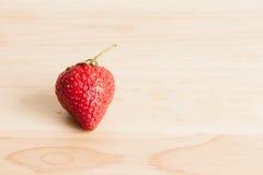 Frische Erdbeere auf Holz Stockfotos