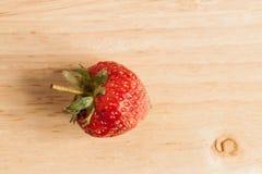 Frische Erdbeere auf Holz Lizenzfreie Stockfotos