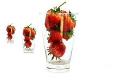 Frische Erdbeere in einem Glas auf einem weißen Hintergrund lizenzfreies stockbild