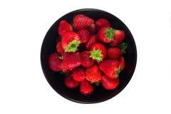 Frische Erdbeere in einer schwarzen Schale und in einem weißen Hintergrund Lizenzfreies Stockbild