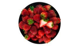 Frische Erdbeere in einer schwarzen Schale und in einem weißen Hintergrund Stockfotos