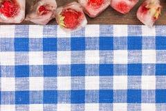Frische Erdbeere im Eiswürfel Lizenzfreies Stockfoto