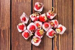 Frische Erdbeere im Eiswürfel Lizenzfreie Stockfotos