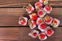 Frische Erdbeere im Eiswürfel Stockfoto