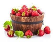 Frische Erdbeere im hölzernen Eimer mit grünem Blatt Stockfotografie