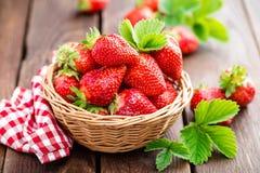 Frische Erdbeere im Korb stockbild