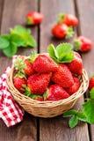 Frische Erdbeere im Korb lizenzfreie stockfotografie