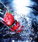 Frische Erdbeere im Wasser stockbilder