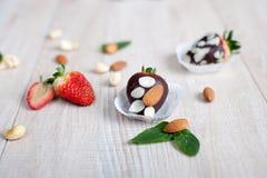 Frische Erdbeere und Erdbeere bedeckt mit dunkler Schokolade Lizenzfreie Stockbilder