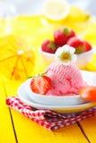 Frische Erdbeereeiscreme am Sommer Lizenzfreie Stockfotos