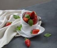 Frische Erdbeeren auf dem Tisch, süße breakfastfresh Erdbeeren auf dem Tisch, süßes Frühstück Stockbild