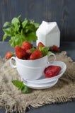 Frische Erdbeeren auf dem Tisch, süße breakfastfresh Erdbeeren auf dem Tisch, süßes Frühstück Stockfoto