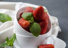 Frische Erdbeeren auf dem Tisch, süße breakfastfresh Erdbeeren auf dem Tisch, süßes Frühstück Lizenzfreie Stockfotos