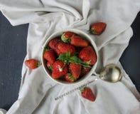 Frische Erdbeeren auf dem Tisch, süße breakfastfresh Erdbeeren auf dem Tisch, süßes Frühstück Lizenzfreie Stockfotografie