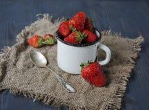 Frische Erdbeeren auf dem Tisch, süße breakfastfresh Erdbeeren auf dem Tisch, süßes Frühstück Stockfotos