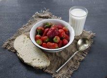 Frische Erdbeeren auf dem Tisch, süßes Frühstück Stockfotografie