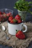 Frische Erdbeeren auf dem Tisch, süßes Frühstück Stockfoto