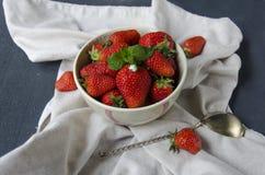 Frische Erdbeeren auf dem Tisch, süßes Frühstück Stockbild