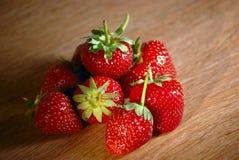 Frische Erdbeeren auf der Tabelle lizenzfreies stockfoto