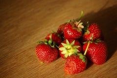 Frische Erdbeeren auf der Tabelle stockfotografie
