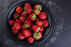Frische Erdbeeren auf einem dunklen Hintergrund Stockfotos