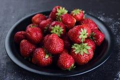 Frische Erdbeeren auf einem dunklen Hintergrund Lizenzfreies Stockfoto