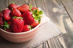 Frische Erdbeeren auf einer Tabelle lizenzfreie stockfotografie