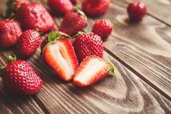 Frische Erdbeeren auf einer Tabelle stockbild