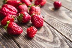 Frische Erdbeeren auf einer Tabelle Stockfoto