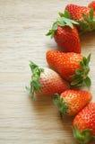 Frische Erdbeeren auf hölzerner Tabelle Lizenzfreie Stockbilder
