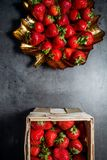 Frische Erdbeeren Erdbeeren auf schwarzem Hintergrund Platz zum Text stockfoto
