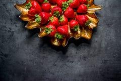 Frische Erdbeeren Erdbeeren auf schwarzem Hintergrund Platz zum Text lizenzfreie stockfotos