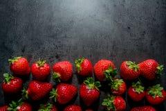 Frische Erdbeeren Erdbeeren auf schwarzem Hintergrund Platz zum Text lizenzfreies stockbild