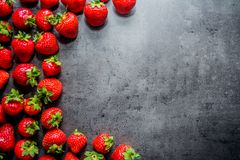 Frische Erdbeeren Erdbeeren auf schwarzem Hintergrund Platz zum Text stockbilder
