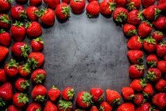 Frische Erdbeeren Erdbeeren auf schwarzem Hintergrund Platz zum Text stockfotos