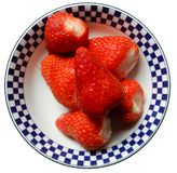 Frische Erdbeeren bereiten für Verbrauch vor lizenzfreie stockfotografie