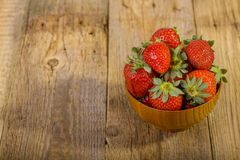 Frische Erdbeeren in der hölzernen Schüssel Stockfotografie