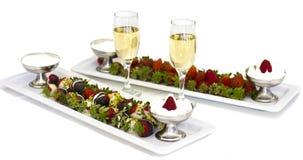 Frische Erdbeeren in der Schokolade mit Schlagsahne und Champagner stockfotos
