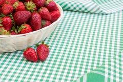 Frische Erdbeeren in einem Korb Stockbild