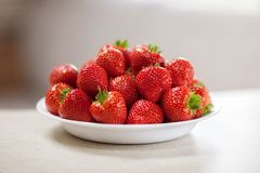 Frische Erdbeeren in einer Schüssel lizenzfreies stockfoto