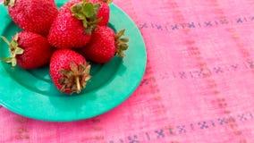 Frische Erdbeeren gedient auf einer Tabelle Lizenzfreie Stockfotos