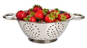 Frische Erdbeeren im Colander stockfotos