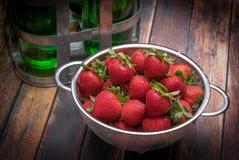 Frische Erdbeeren im Edelstahlsieb Stockfotografie