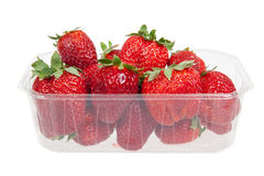 Frische Erdbeeren im Plastikkasten, lokalisiert Stockfotografie