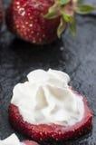 frische Erdbeeren mit Sahne stockfotografie