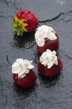 frische Erdbeeren mit Sahne stockbilder