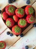 Frische Erdbeeren und Blaubeeren im Herd formen Korb Stockfotografie